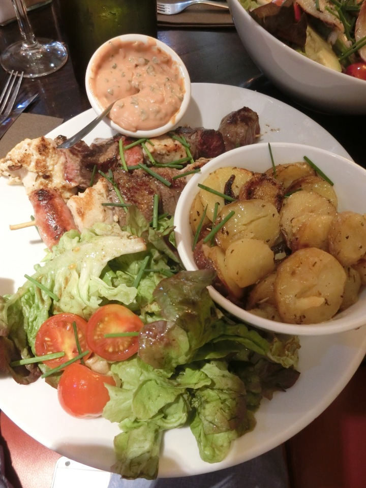 mixed skewers with salad les mouettes