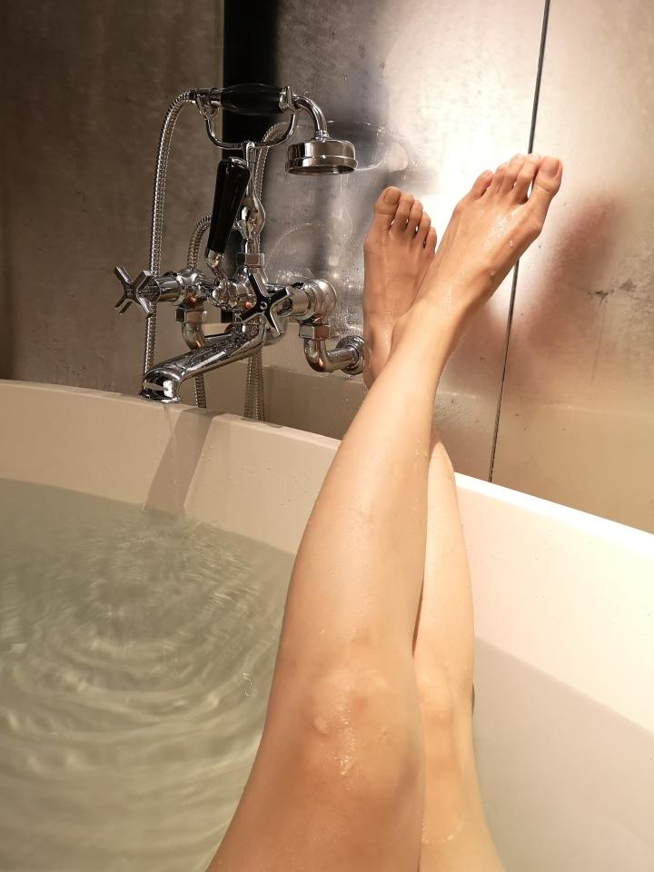bathtub room tour mandarin oriental guangzhou.jpg